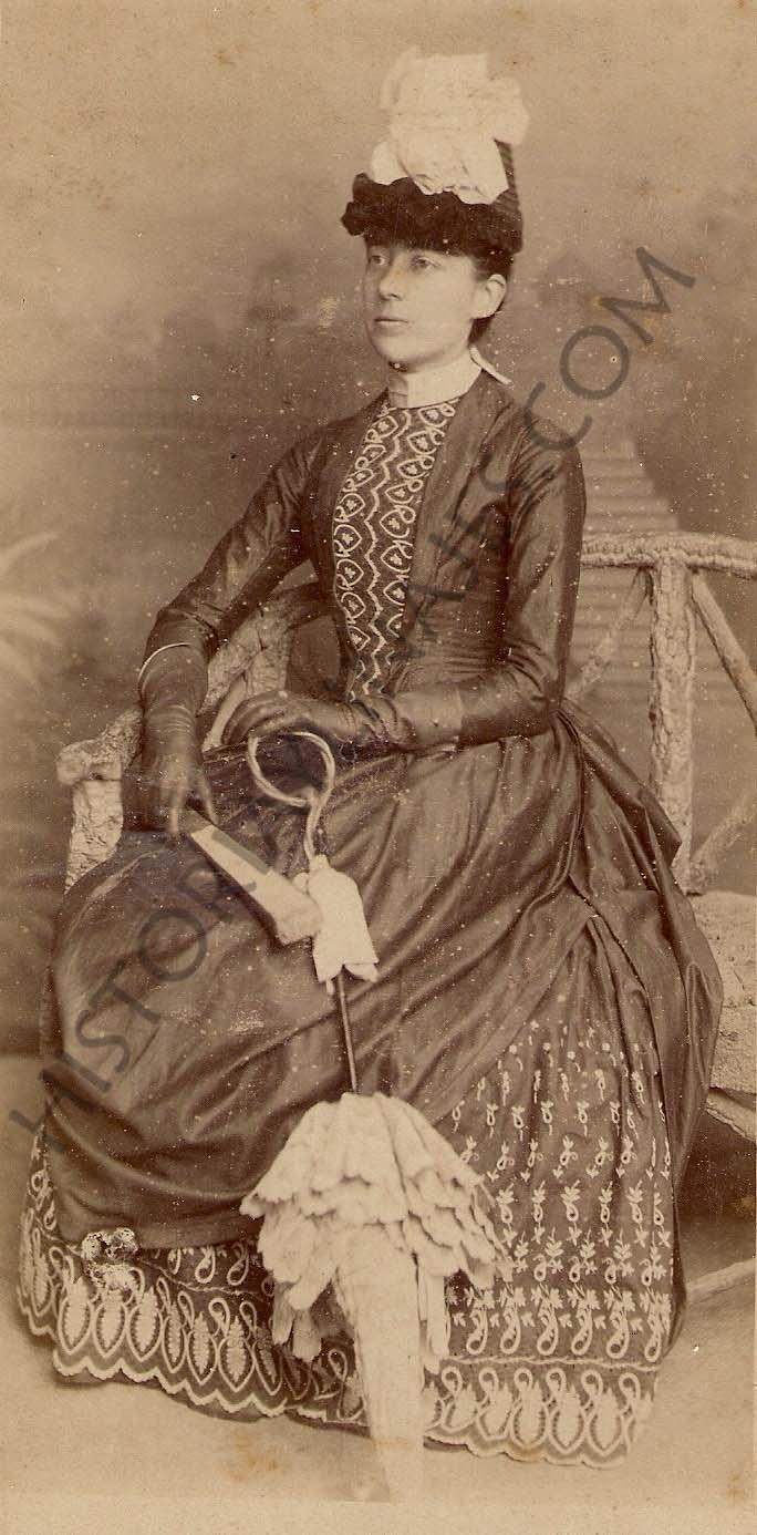 Fanny Pérez Sala. Esposa de Enrique Mulder, consignatario holandés establecido en Vigo durante la segunda mitad del siglo XIX que levantaría el famoso edificio Mulder en la calle Montero Ríos.