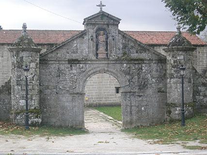 Portalada de entrada del monasterio de Santa María de Melón (Ourense), fundado en 1142 por la orden del Císter.