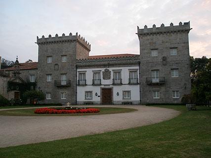 El pazo de Castrelos en la actualidad. Tras la muerte de Fernando Quiñones de León y Elduayen, VIII marqués de Valladares, heredó el pazo su padre el marqués de Alcedo, quién a su vez lo donó al Ayuntamiento de Vigo en 1924 para convertirlo en museo y parque público.
