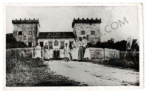 Pazo de Castrelos en 1895. Este palacio perteneció en un principio a la familia Tavares, para posteriormente pasar a manos de la familia Montenegro y, por último, al marquesado de Valladares tras el casamiento de su propietaria, Joaquina Montenegro, con el VI marqués de Valladares, Javier Martínez de Arce y Enríquez.